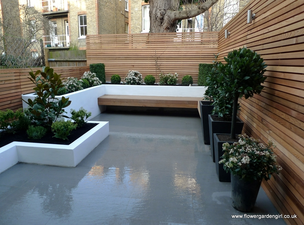 Bia y ogr d inspiracje zdj cia bia e ro liny for Paved courtyard garden ideas