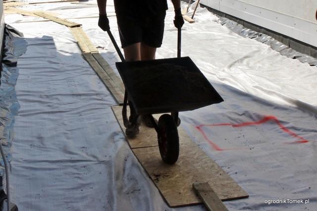 Deski ułożone na włókninie zmniejszają ryzyko uszkodzenia papy